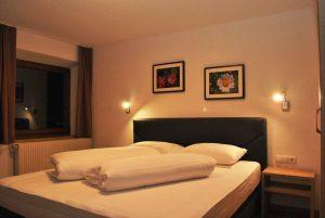 Doppelbett im Schlafzimmer des Familienapartments