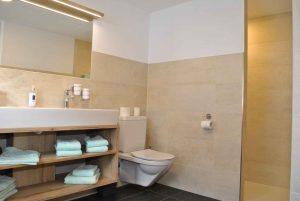 Badezimmer im Familienapartment im Hotel Haid